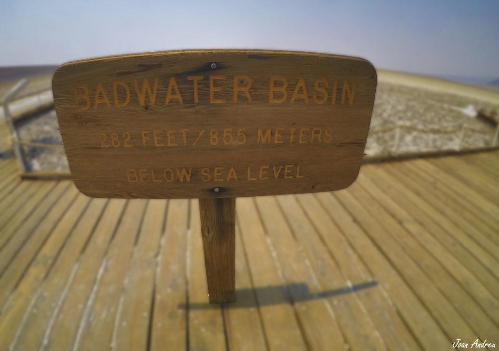 Rètol de l'alaçada sota el nivell del mar del Badwater Basin a Death Valley