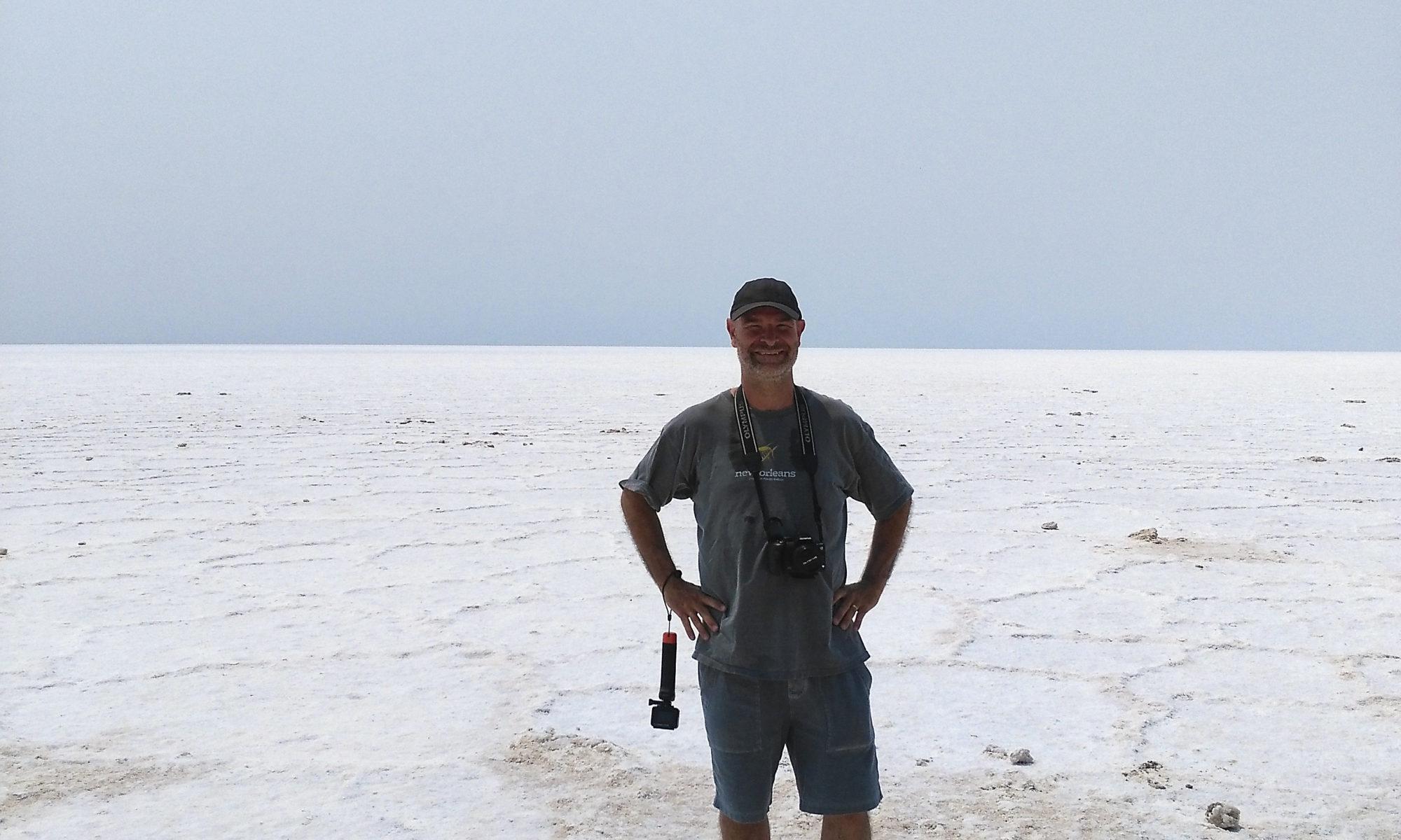 En Joan al mar de sal del Badwater Basin Joan at the pool of Salt in Badwater Basin