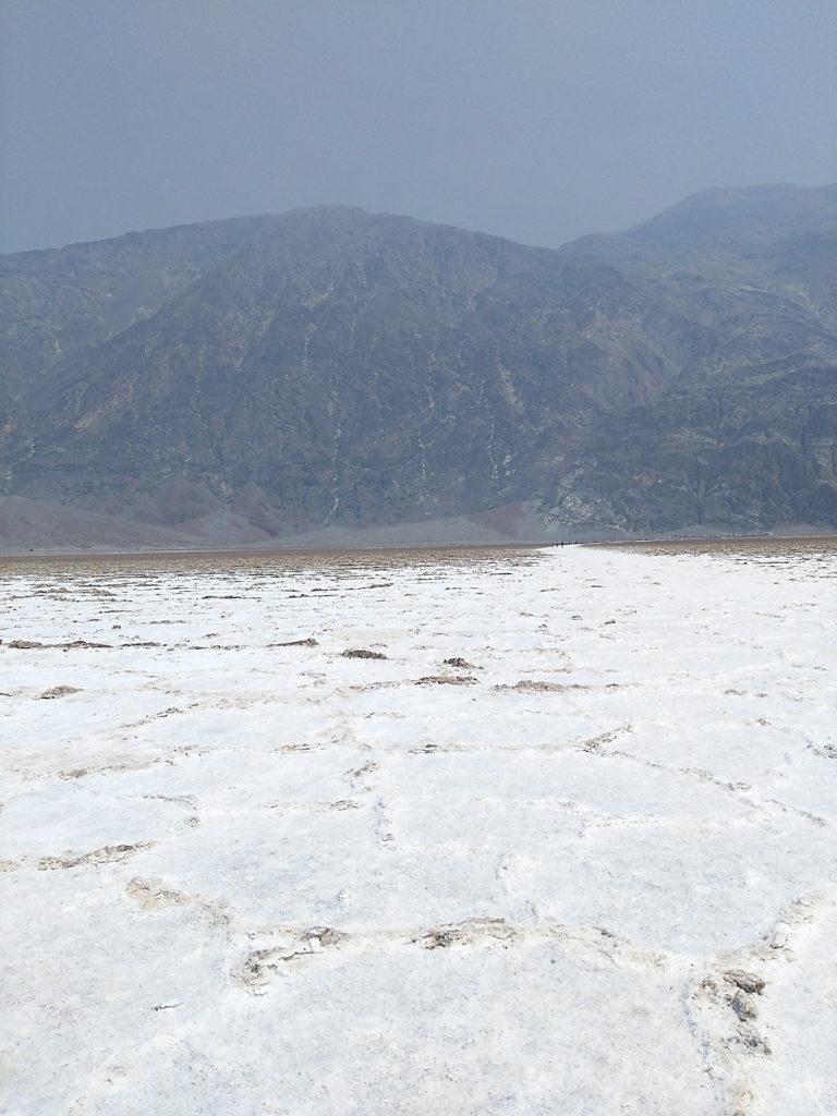 Camí de tornada del mar de sal del Badwater Basin a Death Valley